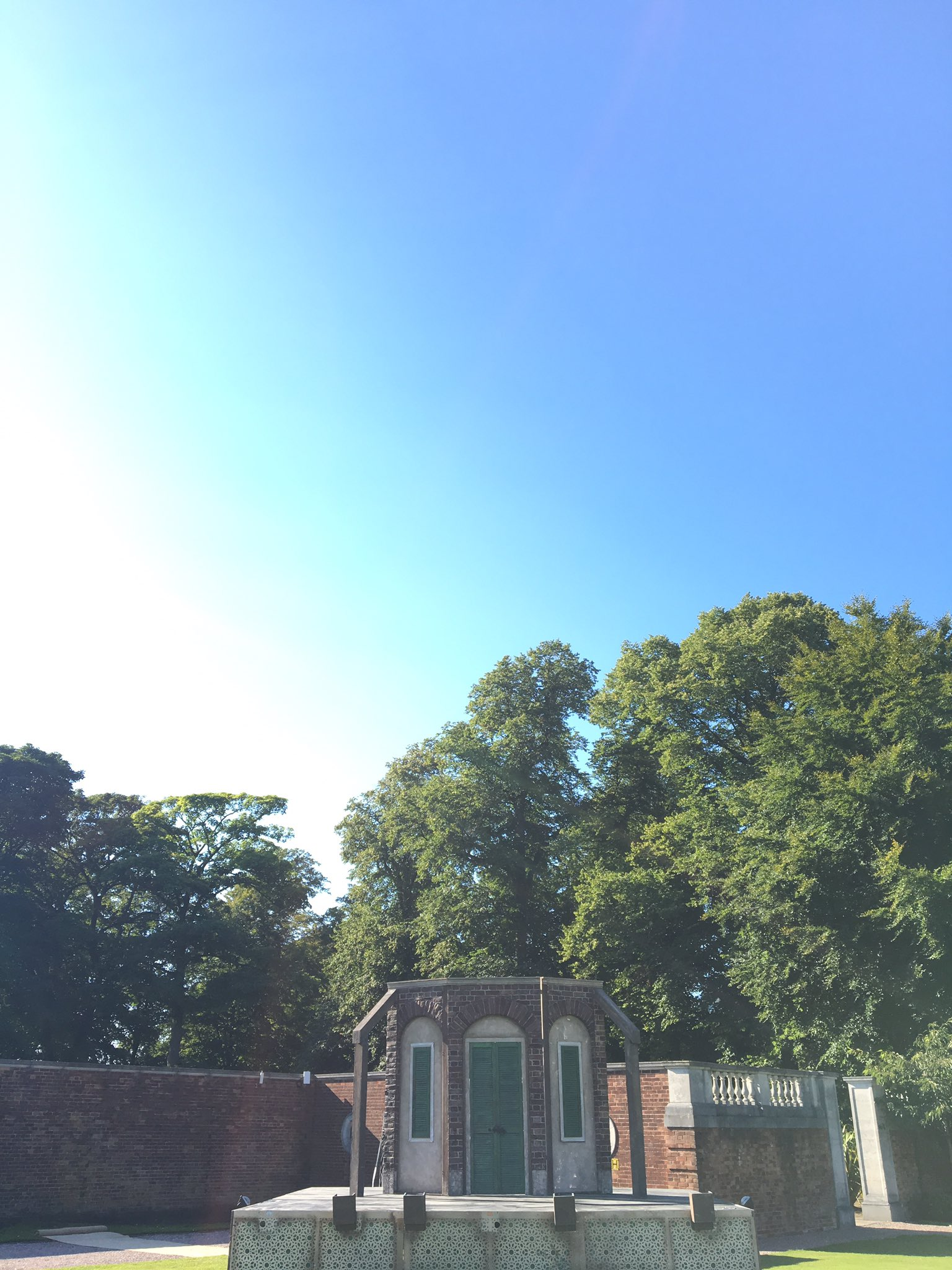 With blue sky like this if you haven't got a ticket for #TLCMComedy at @KnowsleyHall tonight you need to ask yourself some serious questions https://t.co/dCs6sukeak