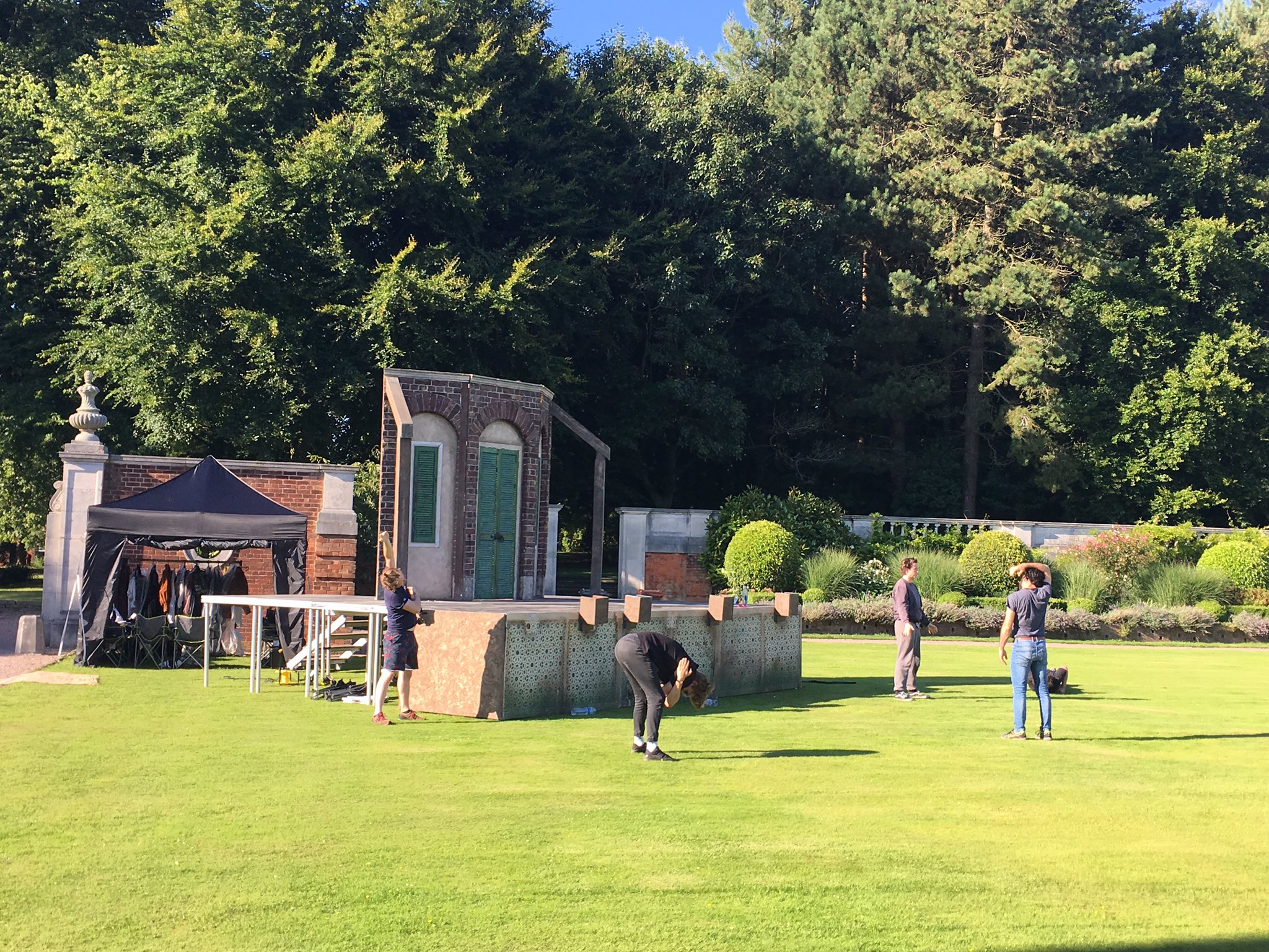 Tonight's actors are now warming up @TLCMuk @KnowsleyHall #Shakespeare #Knowsley https://t.co/TtJQCrJvoU