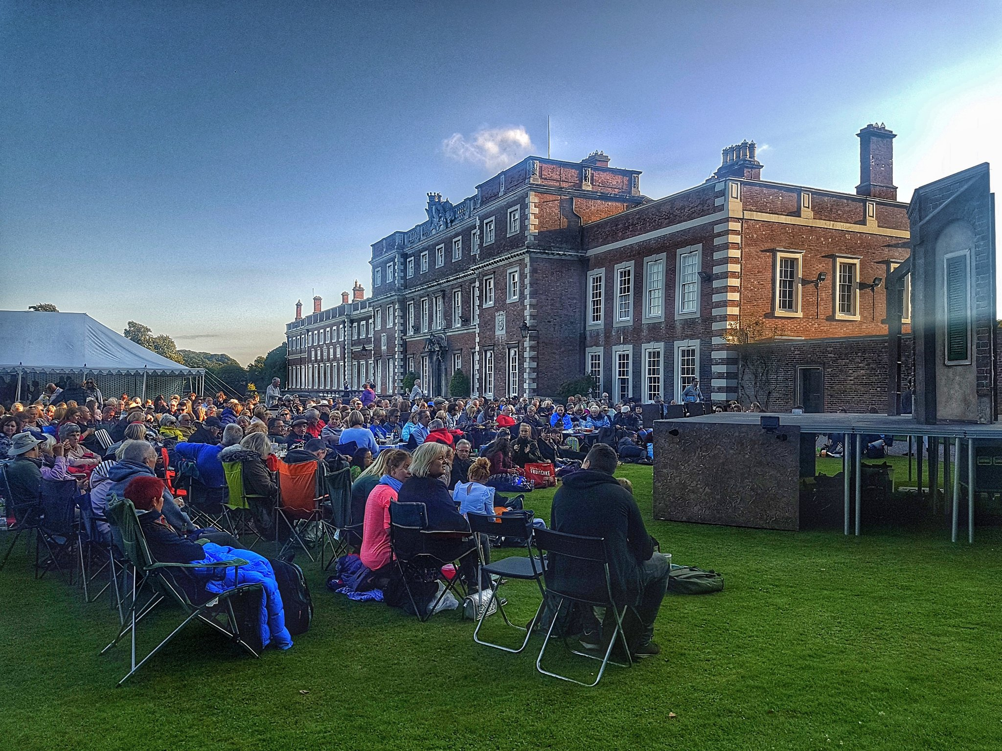 Knowsley Hall looking great tonight with a performance of The Comedy of Errors. https://t.co/NRCGJRvSHD