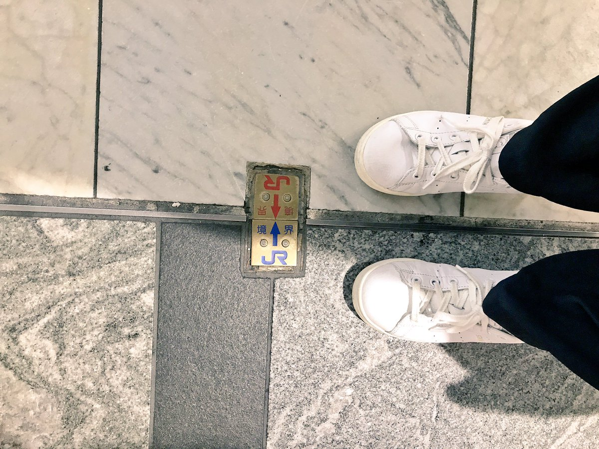 博多駅の面白い場所!! ここの線を境にJR九州とJR西日本が分かれています(°▽°)  ぜひ探してみてね♪ https://t.co/cfuGgDggXa