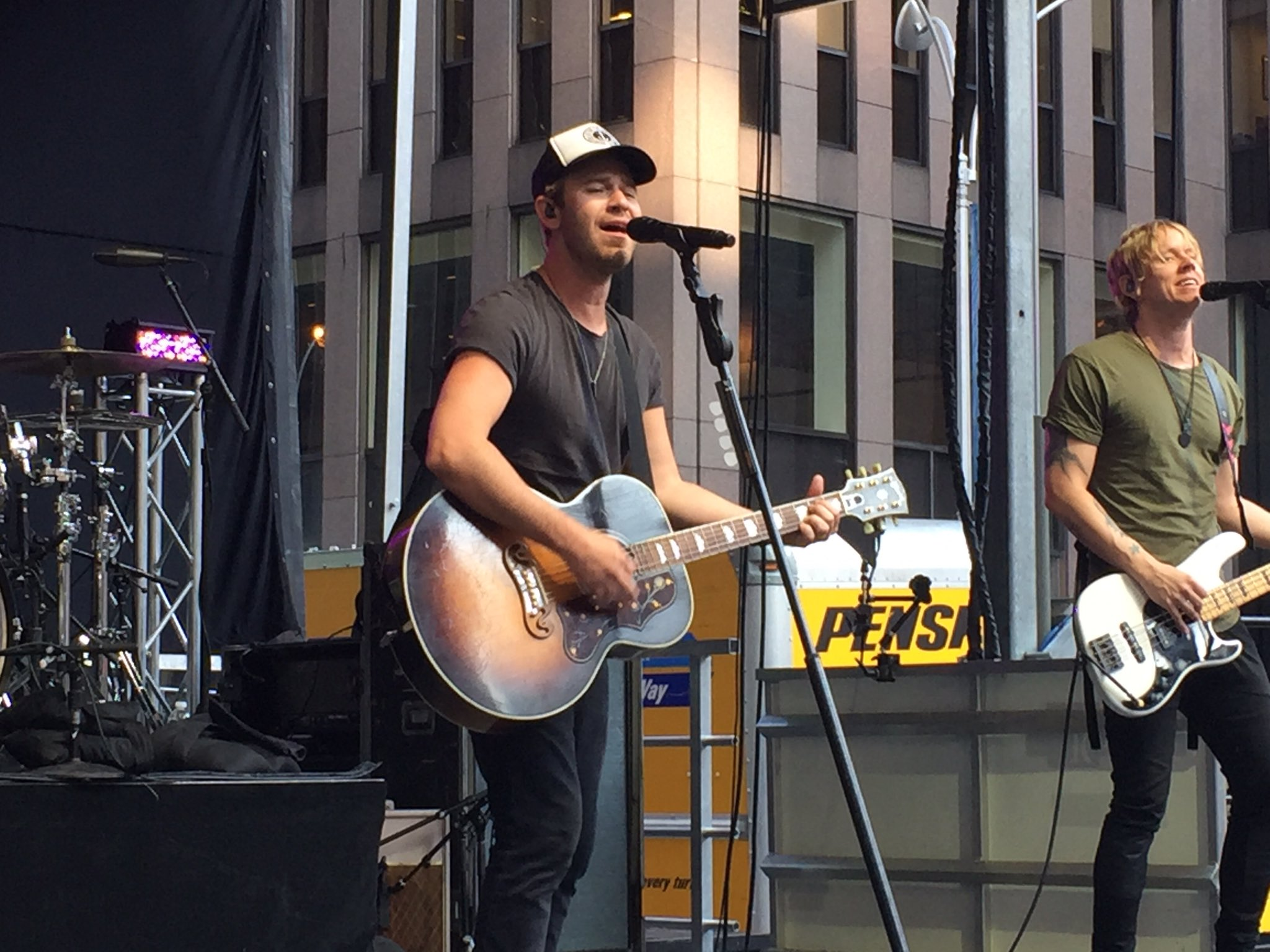 Keep watching @lifehouse! Live at https://t.co/QXCEDiSHiP #foxconcert https://t.co/661eejCAUH