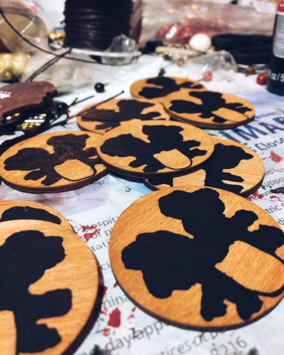 Starting off my day painting #Basquiat pins for my shop! <br>http://pic.twitter.com/ttfMdGOtbl