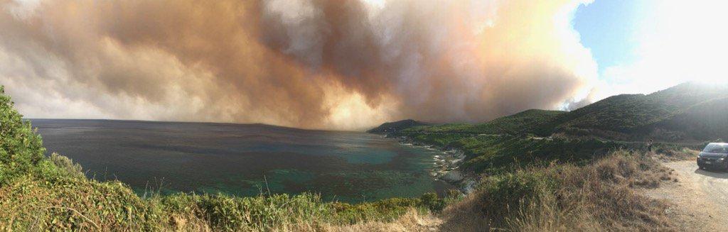 Scènes surréalistes d'un #incendie en #Corse @OuestFrancepic.twitter.com/EcQsERVccN