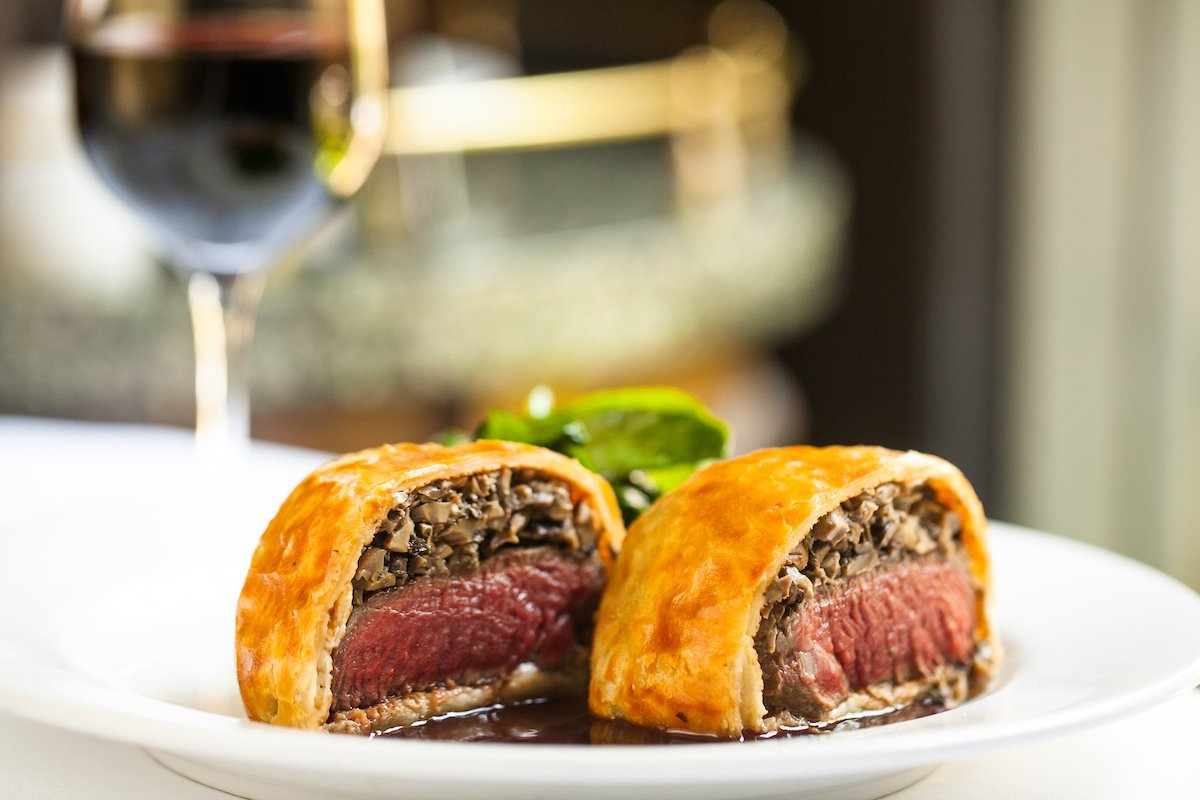 Sunday Night Beef Wellington is the perfect way to cap off the weekend. #sundaysupper #platdujour <br>http://pic.twitter.com/1xxmXsQlpe