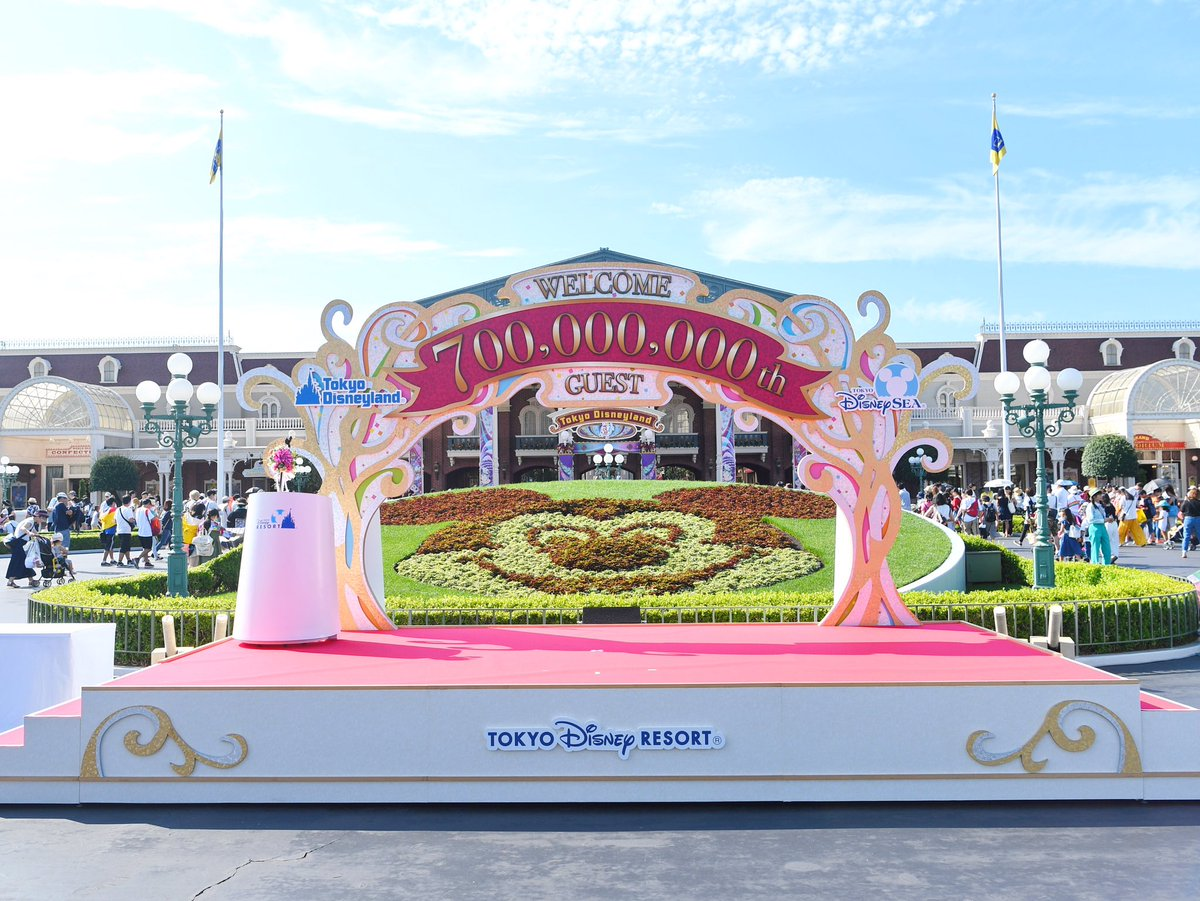 東京ディズニーランドでは7億人目のゲストも迎えるセレモニーの準備がされています☆ dlove.jp/mezzomiki/