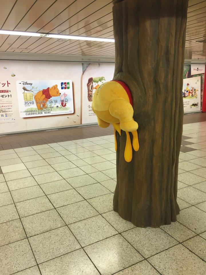 新宿の地下道の柱にプーさんぶっ刺さっててかわいい