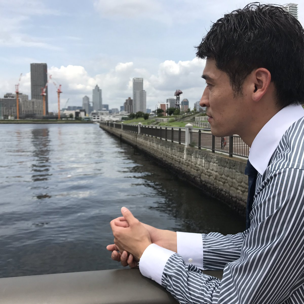東京湾を眺めるかっこいい佐藤隆太