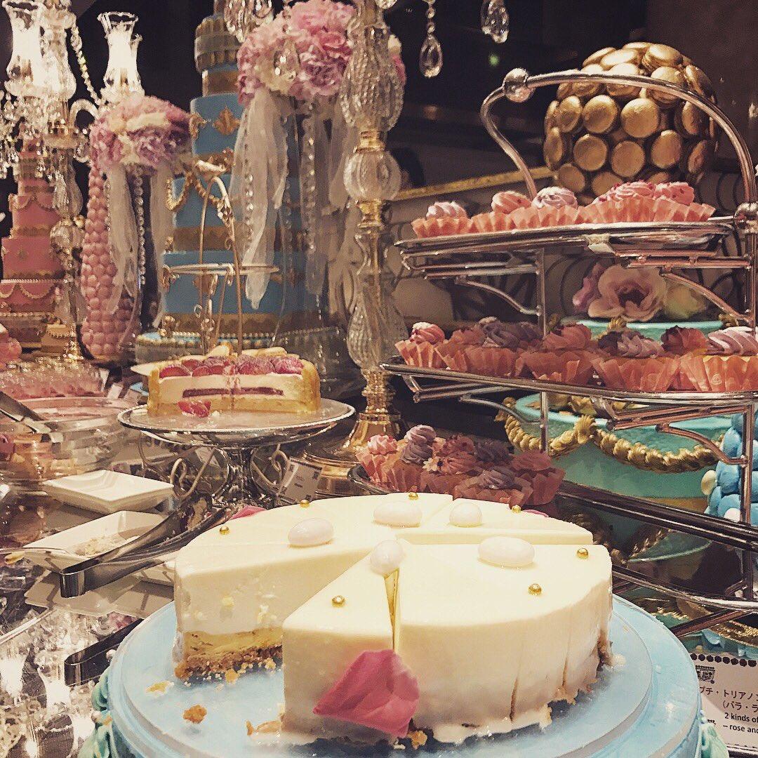 ヒルトン東京「マリー・アントワネットの結婚」をテーマにしたデザートブッフェに行って来ました。アントワネットの愛したクグロフをはじめ彩り豊かなお菓子が並んでました!素敵な世界を満喫しました^ ^ https://t.co/ZOjd0cHeti