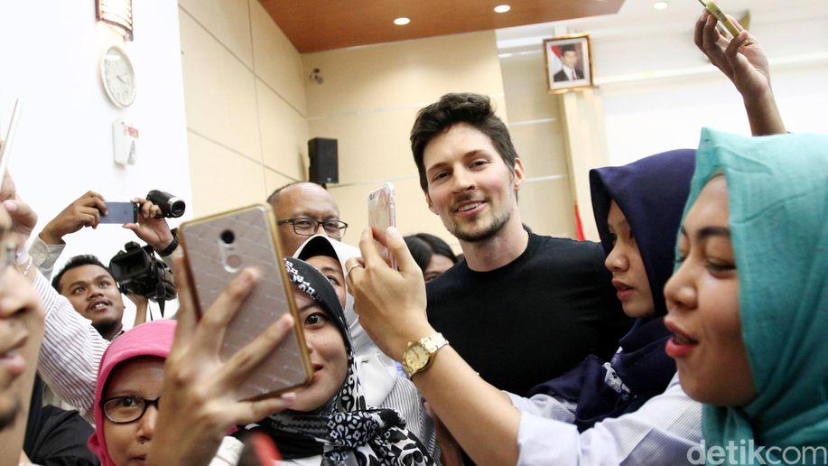 Dengan Kaos Ngepas, Boss Telegram itu Datangi Indonesia
