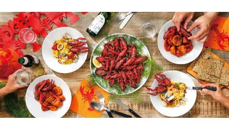 スウェーデン流にザリガニを食す。『ザリガニフェスティバル』は2017年8月3日 - 2017年8月20日 全国のイケア内レストランで開催。