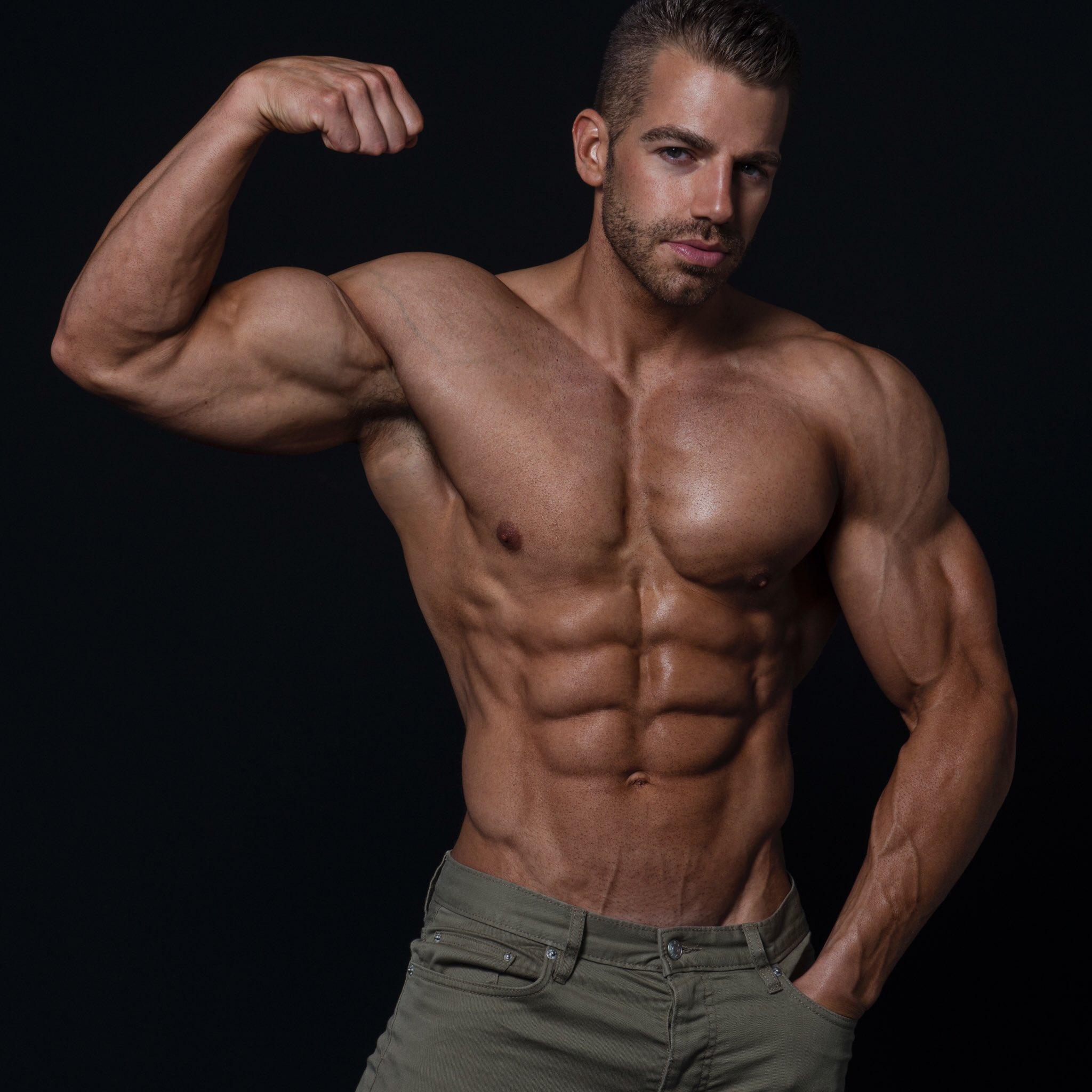 картинка мускулистый парень санта