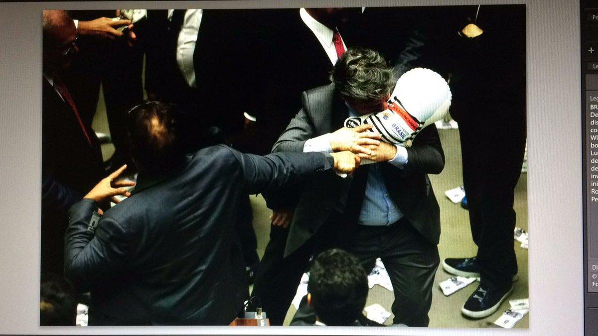 GRANDES CENAS DA VOTAÇÃO: deputado Paulo Teixeira tenta furar pixuleco de Wladimir Costa; siga https://t.co/7w1xf2ooKI