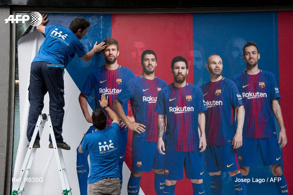 #instantané Nouveau poster à l'extérieur du Camp Nou, sans Neymar 📷 @pepdalma #AFP