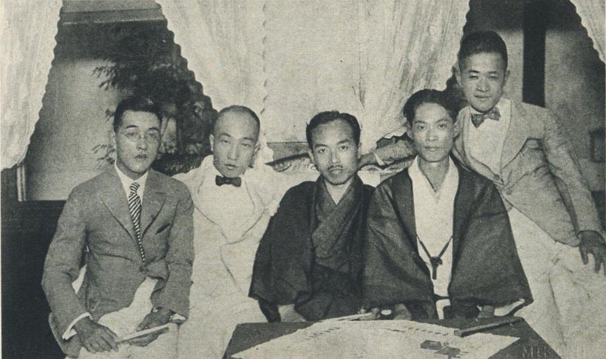 昭和初期の全裸 久しぶりの作家シリーズ、推理小説界の巨星・江戸川乱歩です。(1)1912年 18歳の頃(2)1926年 左から2番目、32歳の頃。右隣は川口松太郎です。