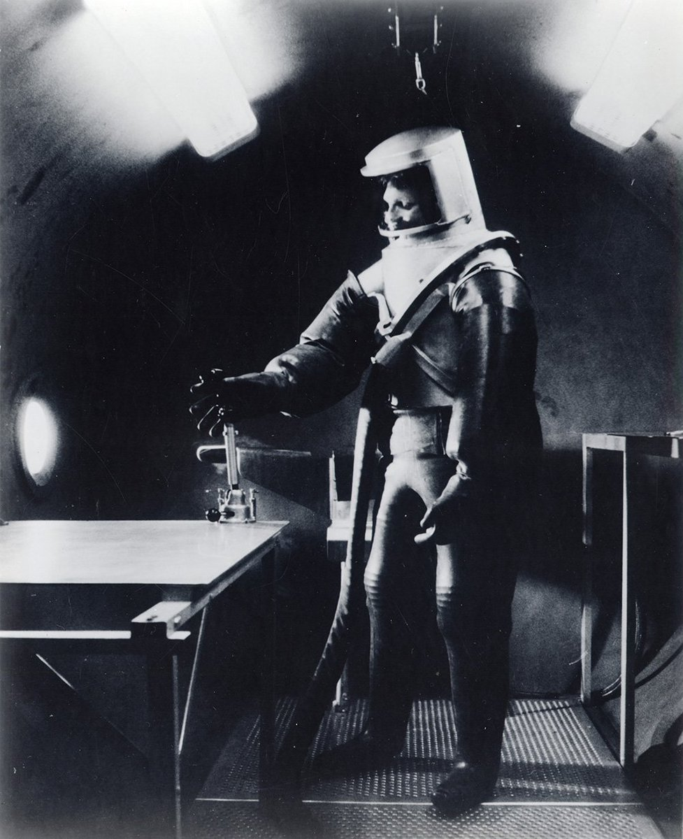 . @AFOSR funded the first space suits, sponsoring pioneer Siegfried Hansen to develop a pressure suit in the mid &#39;50s. #TBT #AFRL100Years <br>http://pic.twitter.com/FA4WJ62exV