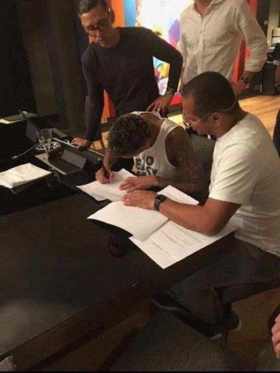 Contrat signé pour Neymar avec le PSG.