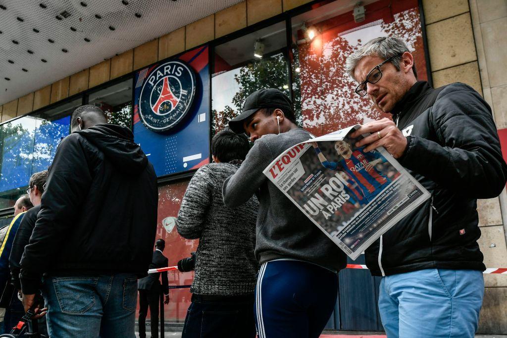 Fan PSG xếp hàng dài, áo số 10 Neymar bán nhanh khủng khiếp