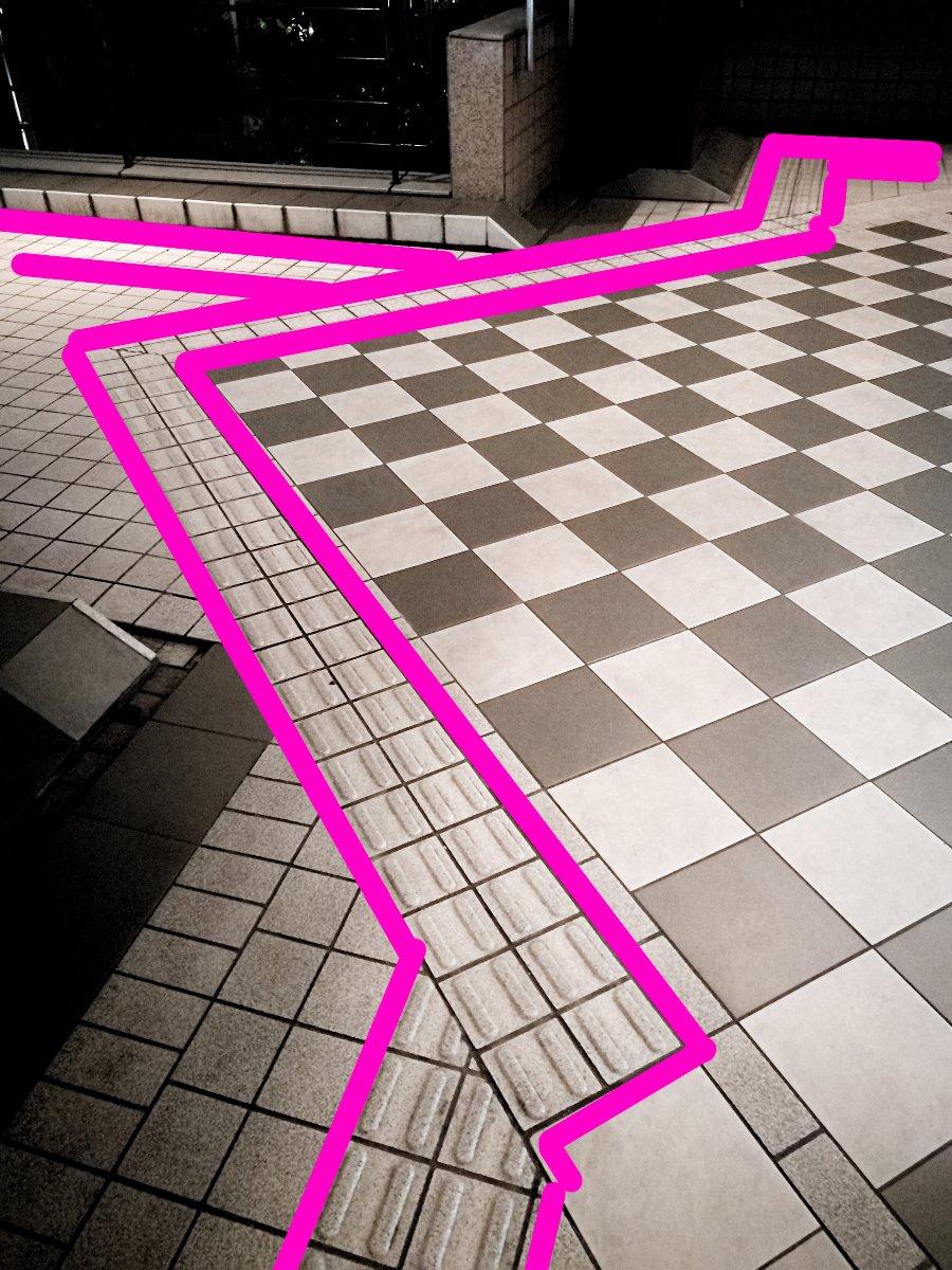 ピンクの部分が点字ブロック。なぜ見える人のためのデザインが優先され、見えない人の歩行が遠回りにされたのか。 https://t.co/XIbNjNDXqb