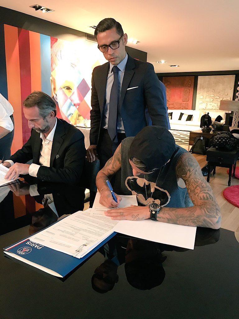 - Neymar, hoje você assina o contrato da maior transferência da história. Coloque sua melhor roupa.  - Certo, vou com a camiseta do Batman