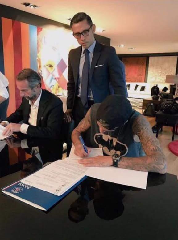 Meta de vida: assinar o maior contrato da história do futebol vestindo regata do Batman.