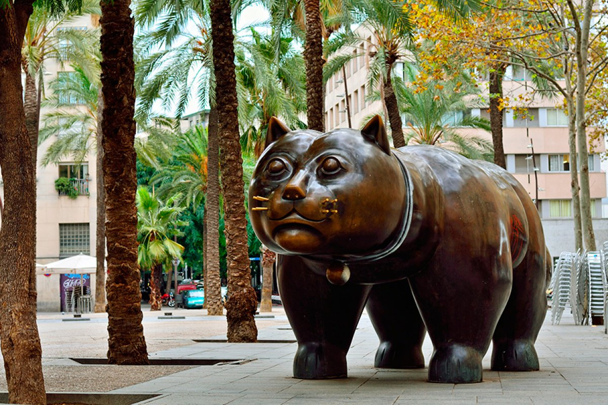 The beautiful district of #Raval is the new bohemian part of the city. Here a sculpture by #FernandoBotero &quot;El Gato&quot;. <br>http://pic.twitter.com/AKQ9zB9Gh0