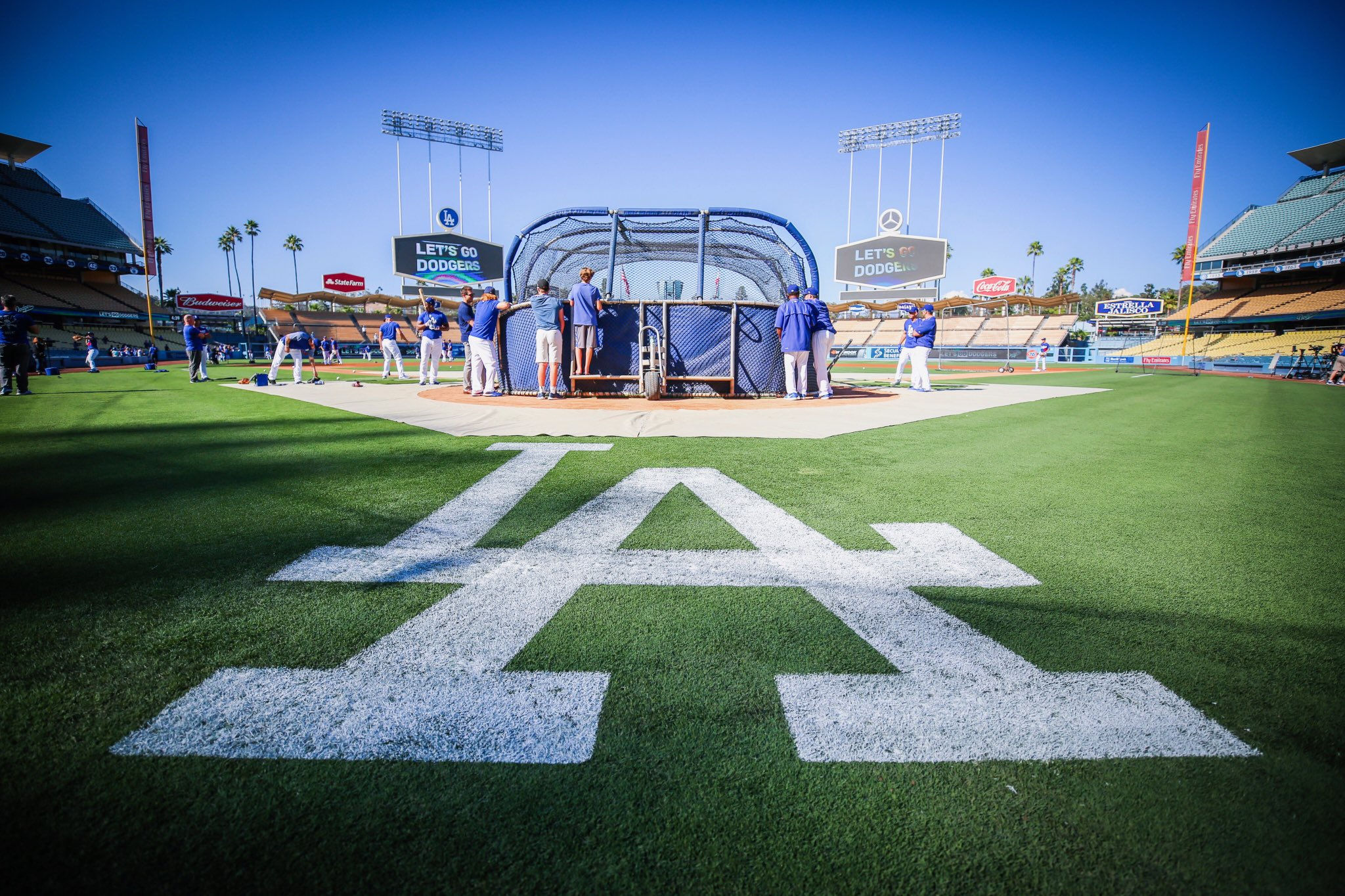 Warming up. �� #DodgersBP https://t.co/0SHTV3wDka