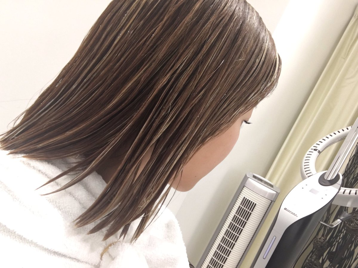 そういえば! 久しぶりに髪染めました。 細かくハイライトでブリーチしてもらってます!  LOVEST…