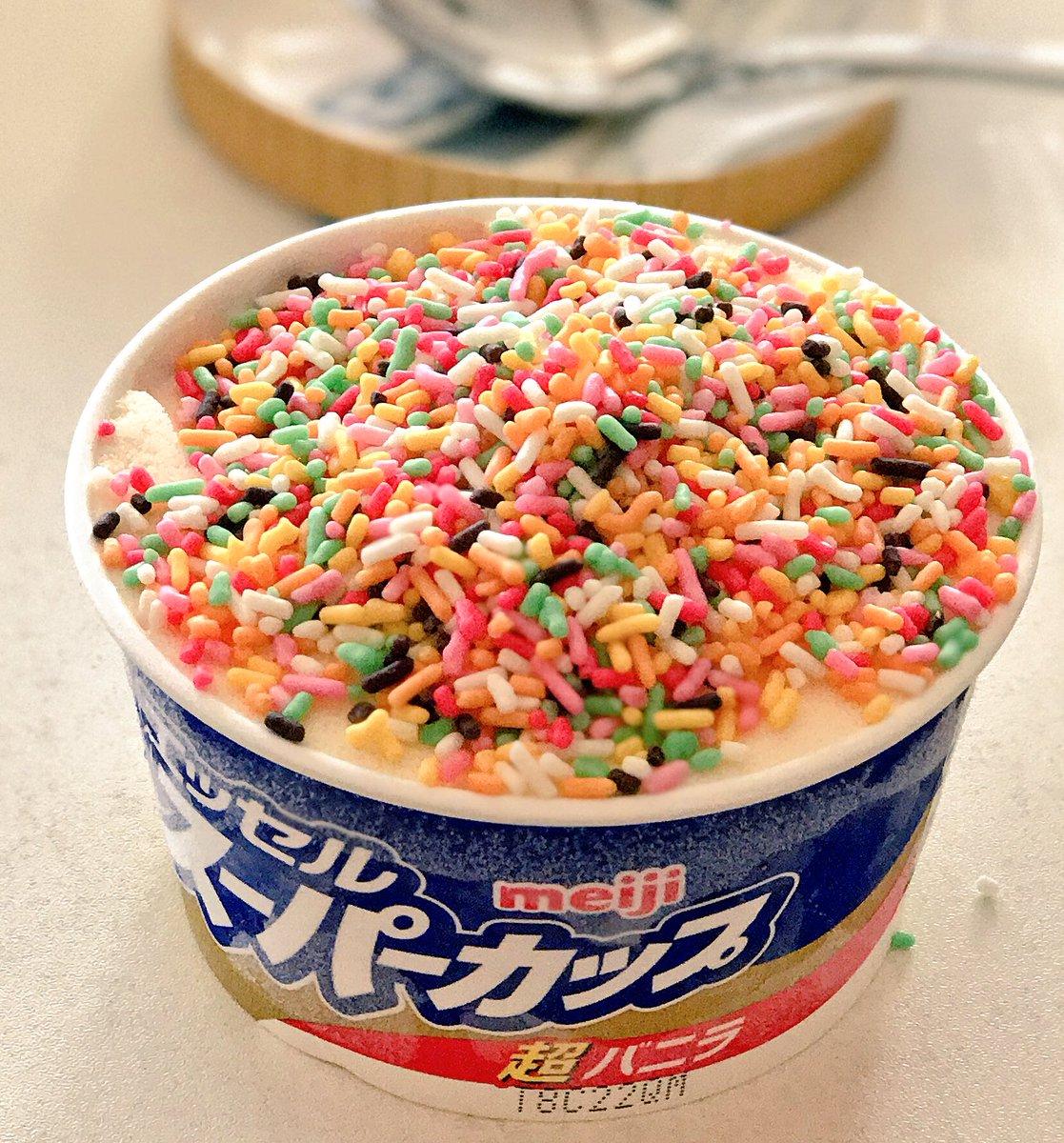 子供の夢も大人は一瞬?wwアイスクリームにミックスチョコレートかけると美味しそうww