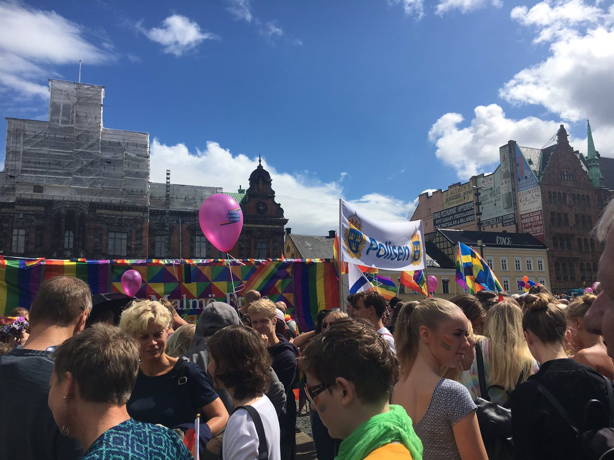 Kommunalråden @FridaTrollmyr, @CarNilCarina och @KatrinS_J i dagens kärleksfulla Prideparad. #malmöpride