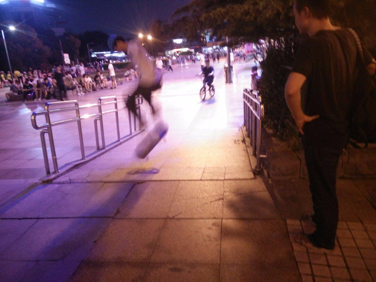 今天在广场溜达着玩,几个玩滑板和自行车的年轻把残疾人通道当作了自己玩耍的场地,突然感觉这群人是不是就是几十年后在广场占据公共场地跳广场舞的老人们呢? https://t.co/Wj8NGpjbAb