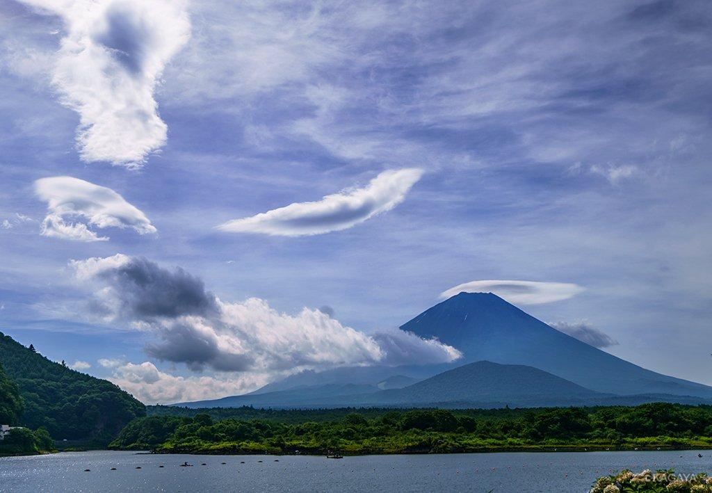 嵐の前の空。富士山の上に笠雲。その風下にブーメランの形やクラゲのような形の吊るし雲が出ています。これらは次々に形を変えていました。(今朝撮影) pic.twitter.com/sPmejuBEpX