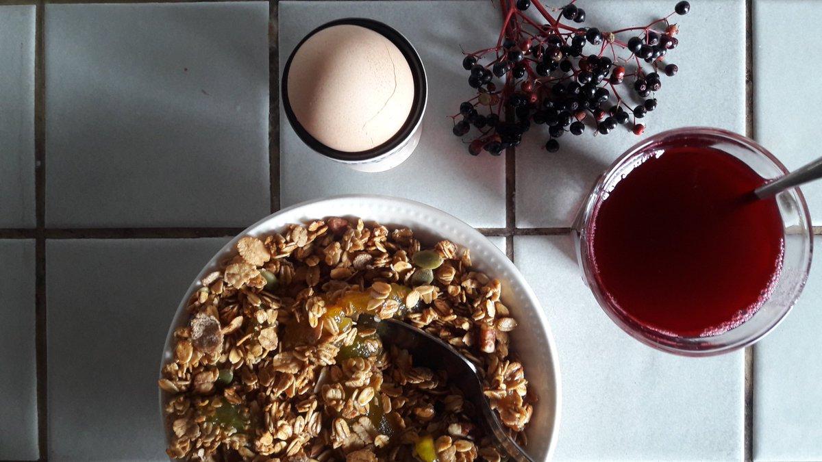 Limburgs ontbijtje met #vlierbessen limo en #ei dat okee is want van eigen kip.