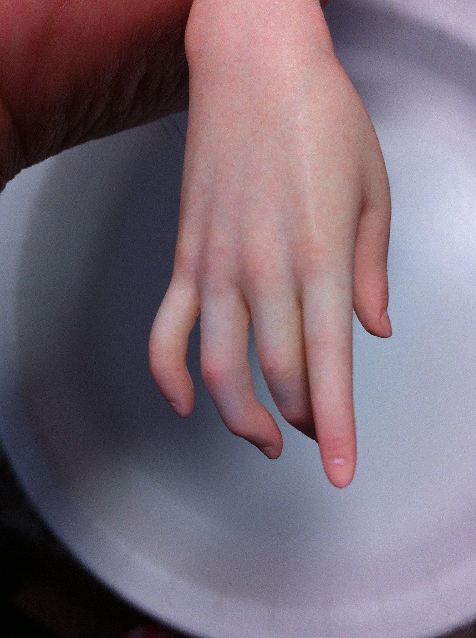 本物にしか見えないプロの絶技w美しい少女の手はフィギュアの手だった!