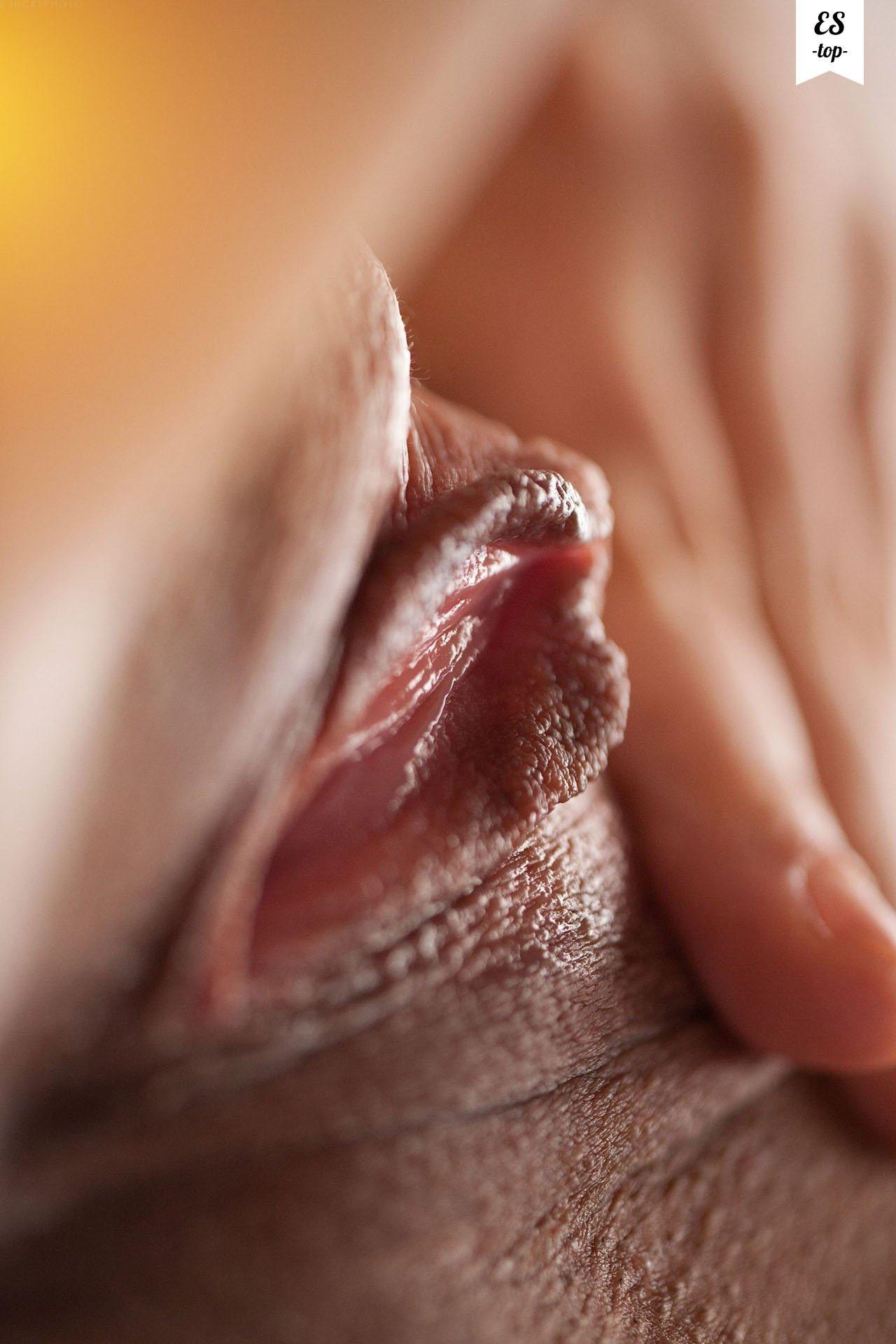 Секс макросъемка фото, вводит трусики в киску