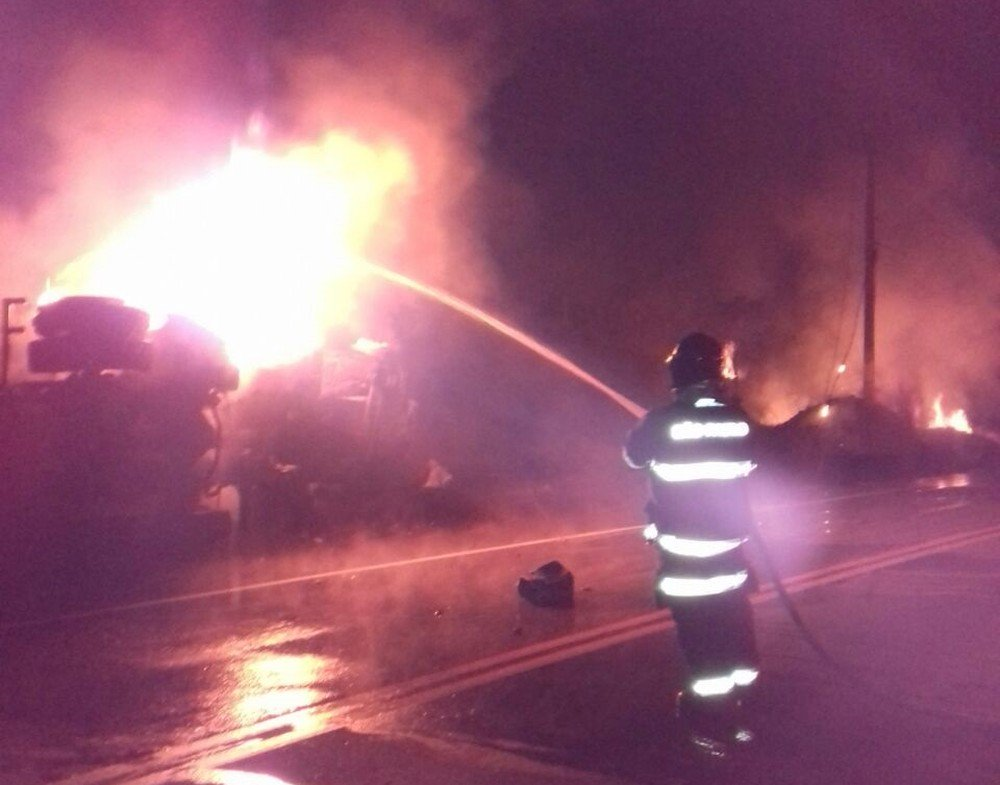 Caminhão carregado com cerveja tomba, atinge poste e pega fogo em Jacareí, SP https://t.co/metyBROiFg #G1