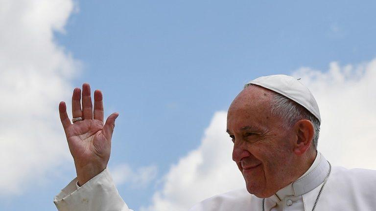 Casal gay recebe carta do Vaticano após batizar filhos. https://t.co/a8Un8NocHO