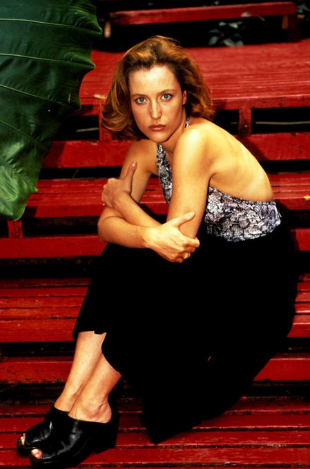 Happy birthday to the queen of the universe, gillian anderson!!!!!