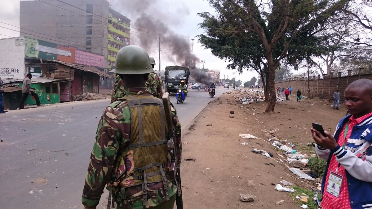 Police just cleared a roadblock mounted by protesters in Mathare. https://t.co/gjRrrkzKJP