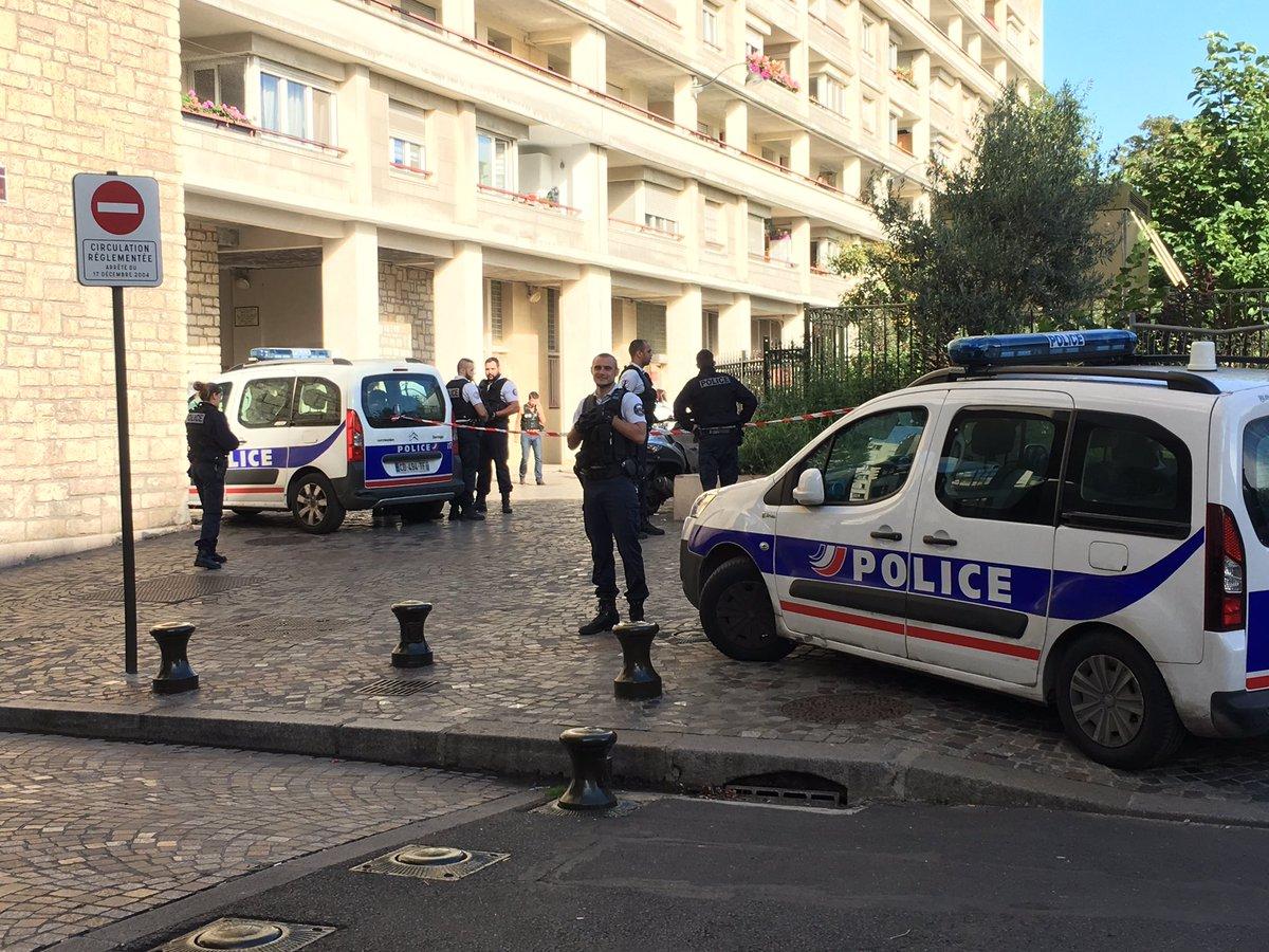Под Парижем автомобиль наехал на группу военных