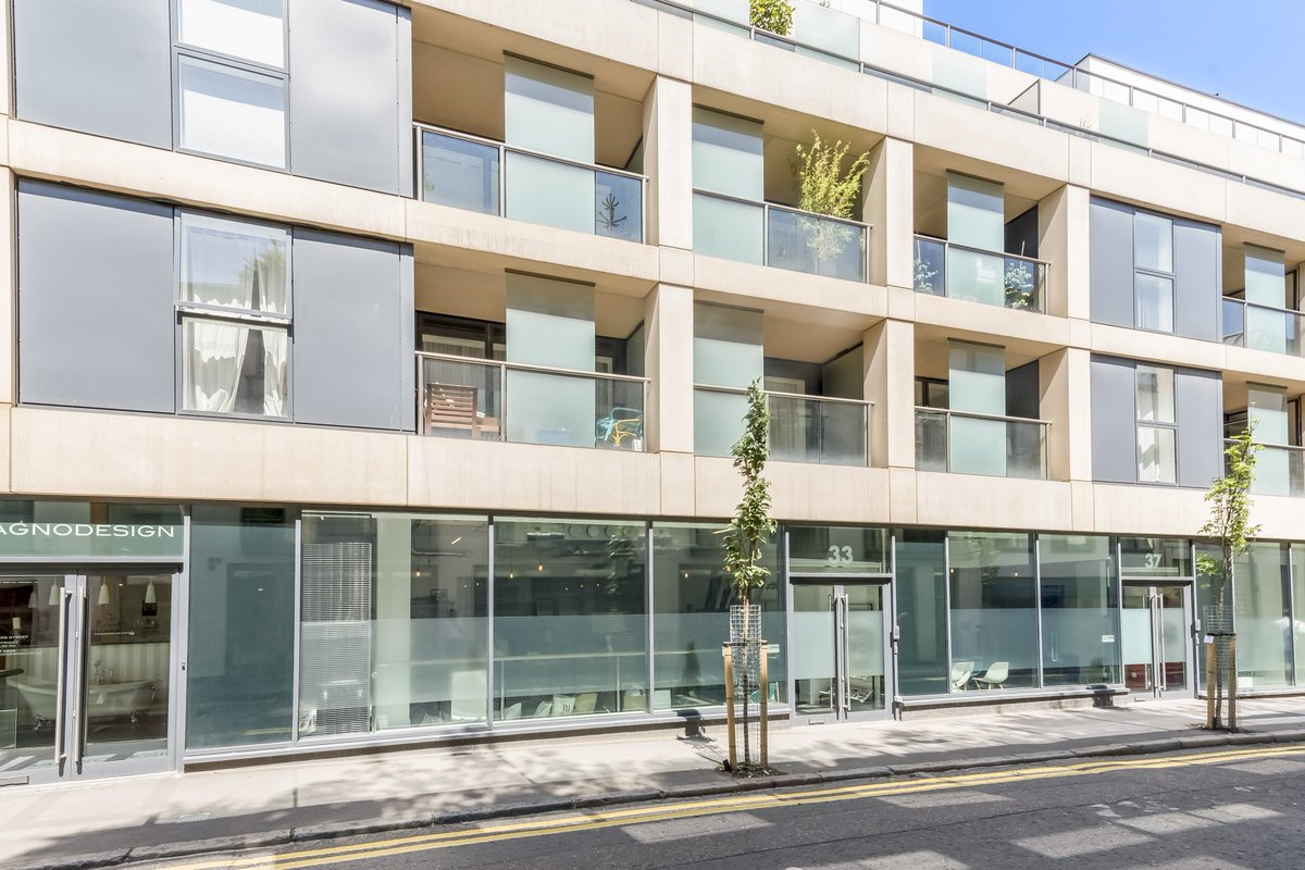 Modern self-contained #office/#showroom space in #Clerkenwell boasting excellent floor to ceiling heights, a #meeting room &amp; glazed frontage <br>http://pic.twitter.com/vs7ZBBFerj