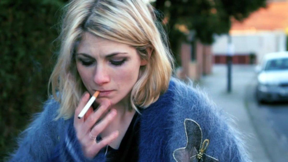 Jodie Whittaker sigara içerken (veya esrar)