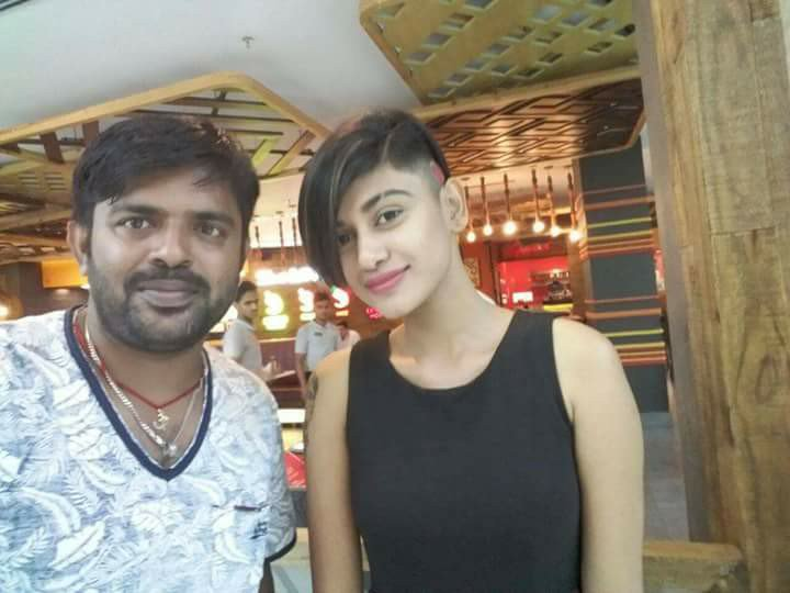 Latest pic of Oviya with a fan, in her brand new hair cut! #BigBossTamil