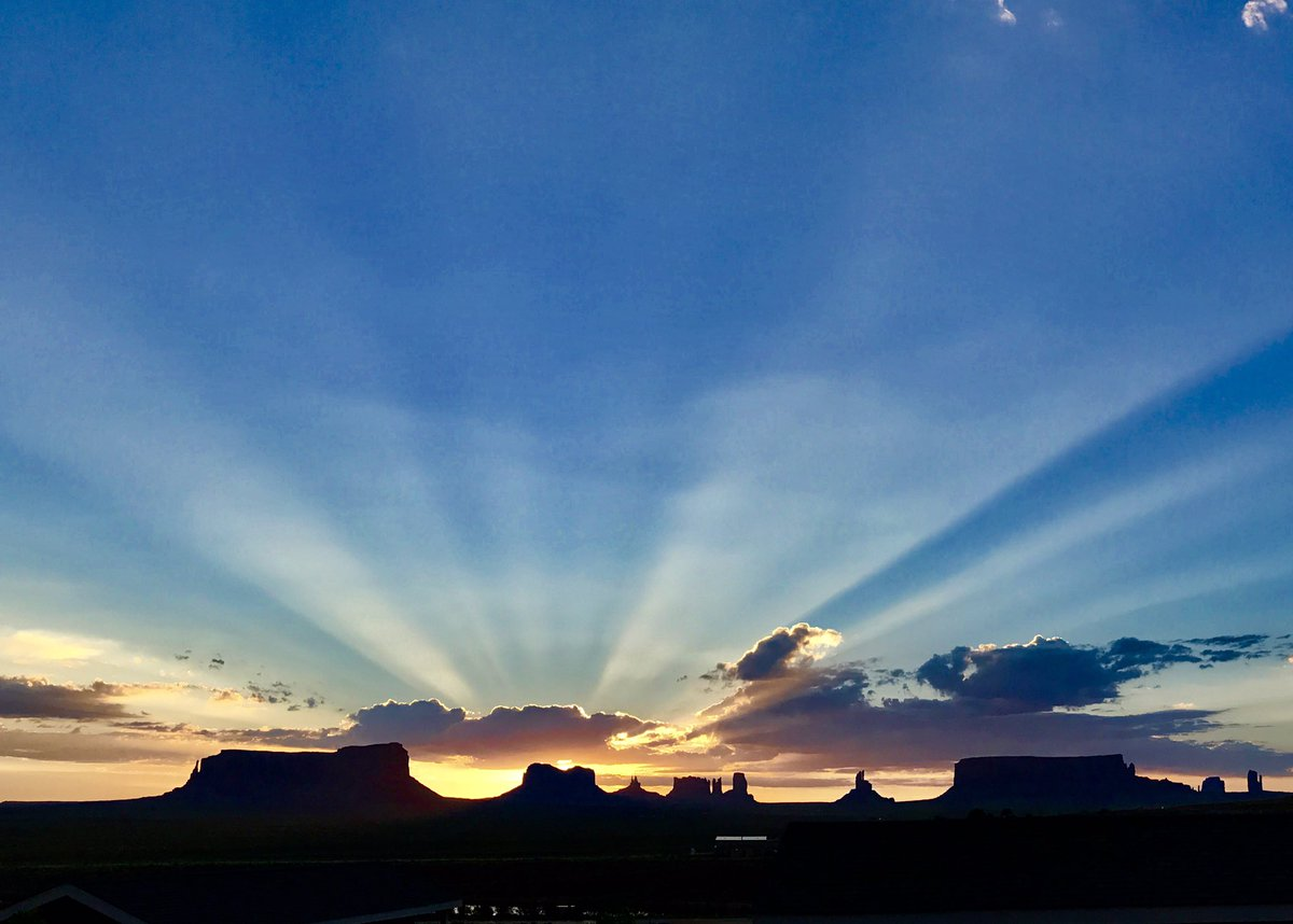 Good Morning! #sunrise #monumentvalley #amazing #landcapelovers <br>http://pic.twitter.com/SA4XeUPfoL &ndash; at Goulding&#39;s Lodge, Monument Valley