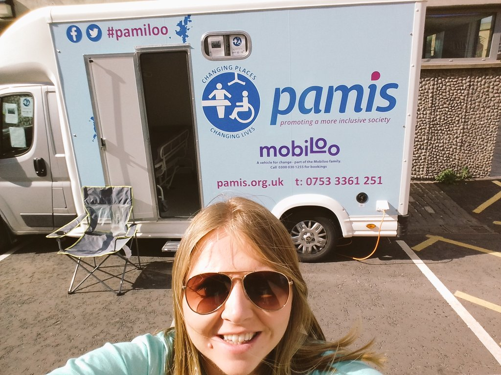 The sun is in the sky oh why oh why would you want to be anywhere else but @edintfest @edfringe #mobiloo #ChangingPlaces #pamis #Edinburgh<br>http://pic.twitter.com/ocUOgTLcE1 &ndash; bij George Square Gardens
