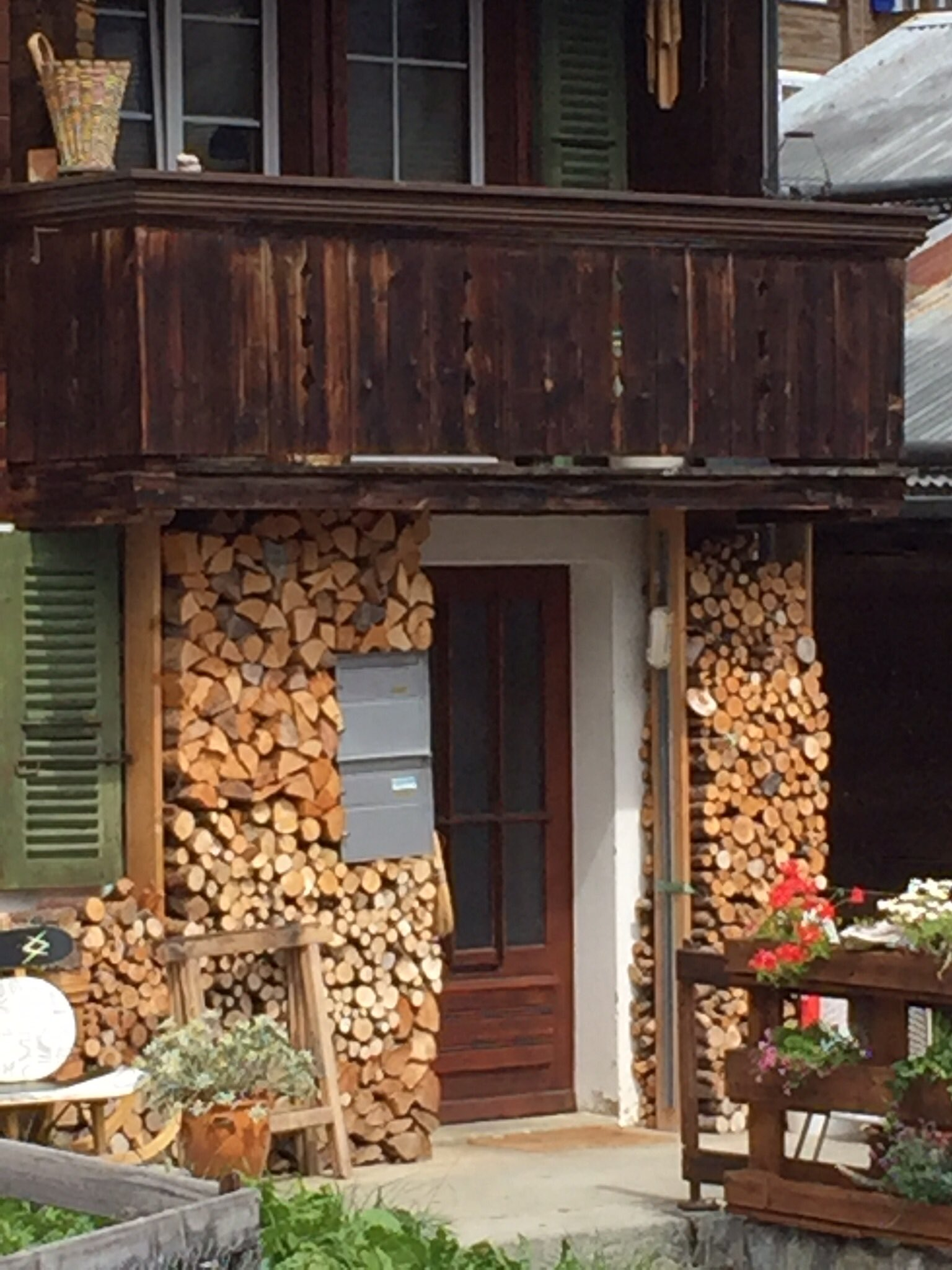 The Swiss like to keep their wood close ���� #inlovewithswitzerland https://t.co/JKqEQRSSXm