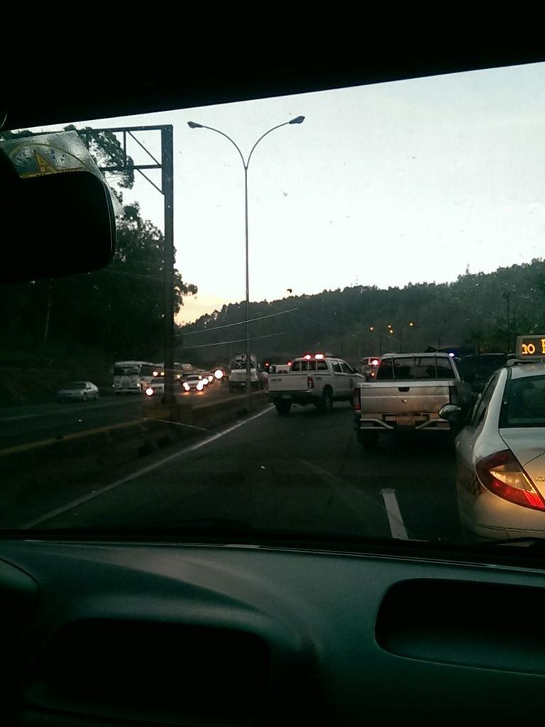 RT  #EnLaVia javgar001:  #Caracas Accide...