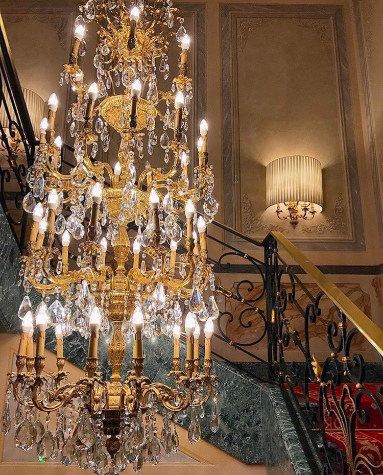 Chandelier game on point @principesavoia (#schwinghammerlighting) #lighting <br>http://pic.twitter.com/IlUOjAhgaw
