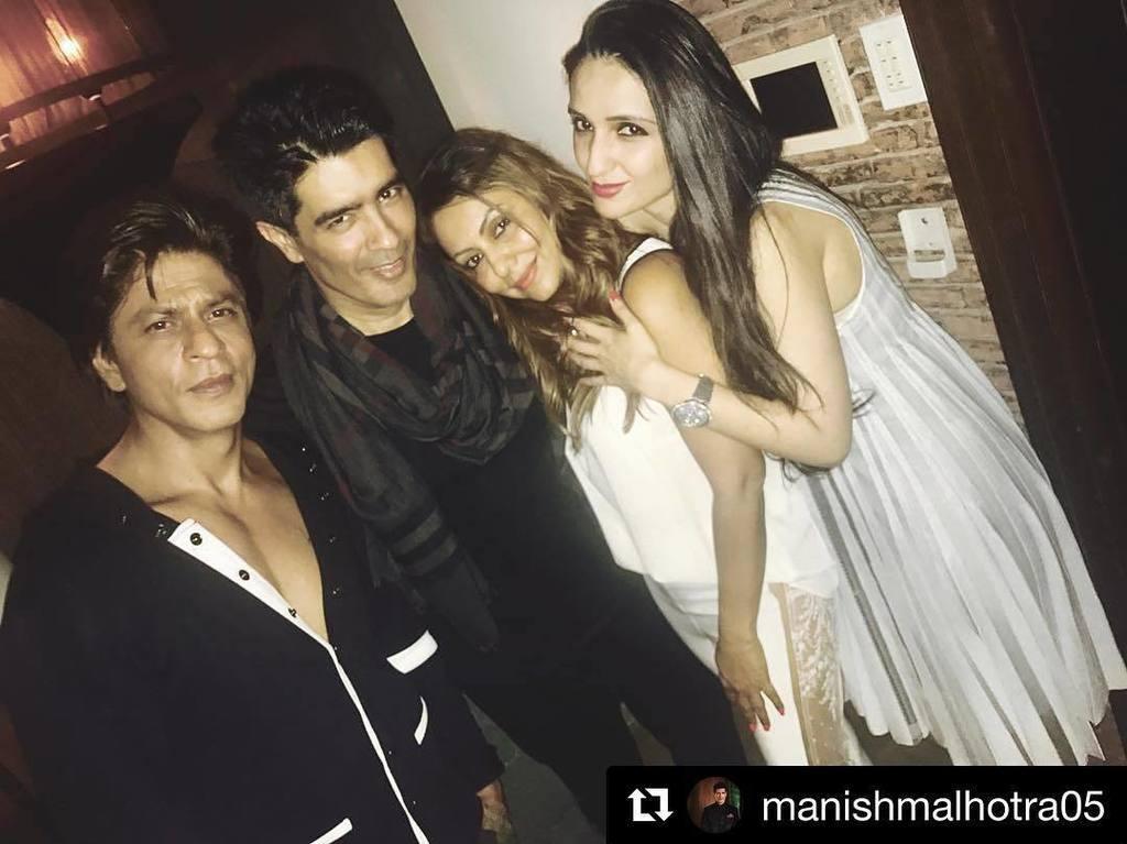 Shah Rukh @iamsrk &amp; Gauri Khan @gaurikhan clicked chilling together with Manish Malhotra ・・・ #Repost @manishmalhot…  http:// ift.tt/2in43Je  &nbsp;  <br>http://pic.twitter.com/873jxtiPzL
