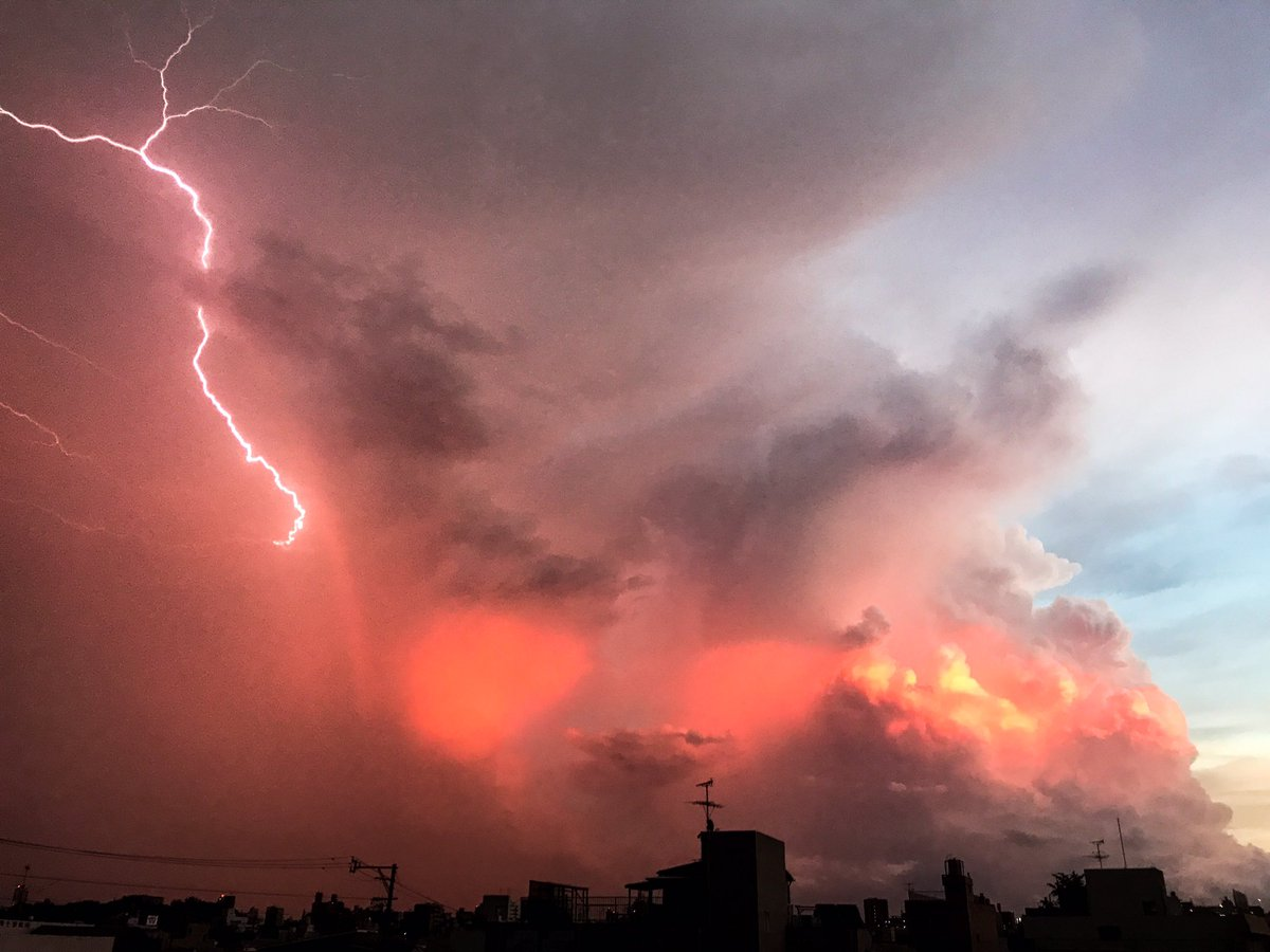 激しい雷雨の後、南西の空に雲と夕日と虹(分かりにくいが)と雷が見えた。すげぇ。 https://t.co/j6za2yvpTF