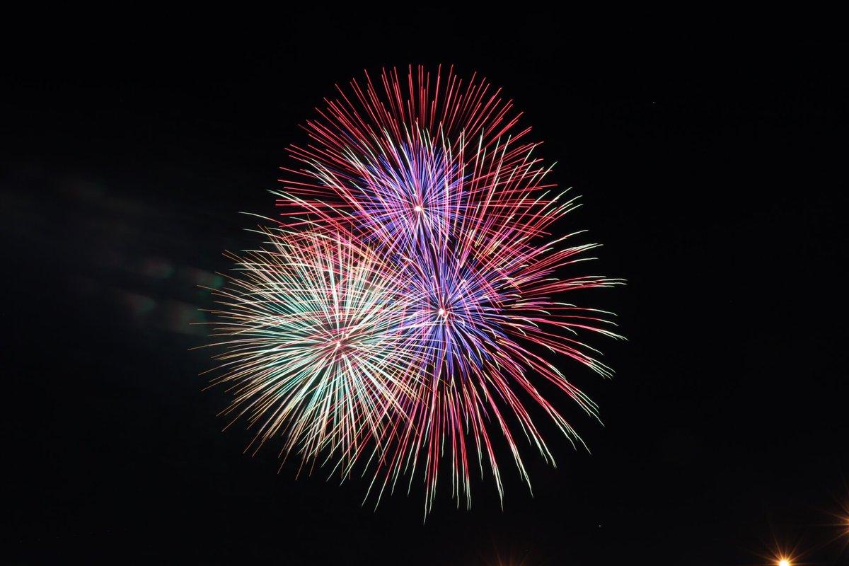 いつかこんな花火を彼氏と見たいよね( ,,・▽・人・▽・,, )  #ときめき #どきどき #恋 #夏祭り pic.twitter.com/um0DI7IYR2
